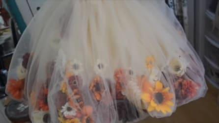 Cuce centinaia di fiori sulla stoffa: il risultato è un capolavoro