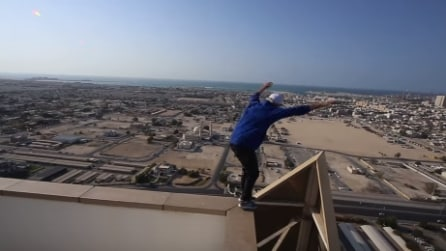 Si sporge dal tetto e sta per cadere ma quello che fa è da brividi