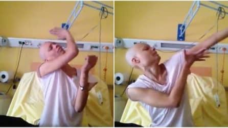La forza di una donna: malata di cancro, balla nel letto in ospedale