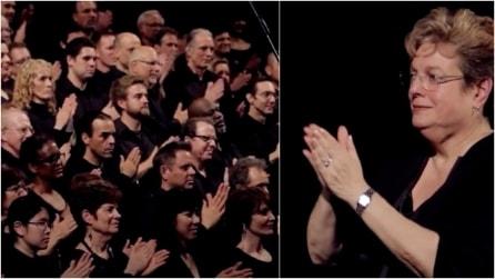 I componenti del coro iniziano a strofinare le mani: dopo è solo pura delizia per tutti