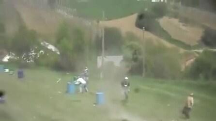 Il pericoloso gioco con i bidoni: li lanciano in aria con delle esplosioni