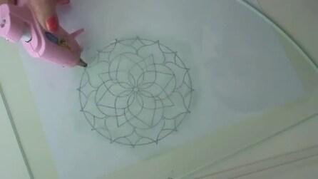 Traccia un disegno sulla carta trasparente e la ripassa con la colla a caldo, ecco cosa crea