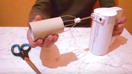 Mette un rotolo di carta igienica attorno alla frusta: il motivo è geniale