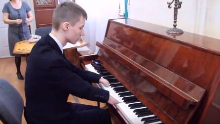 È nato senza mani: il pianista vi farà venire la pelle d'oca