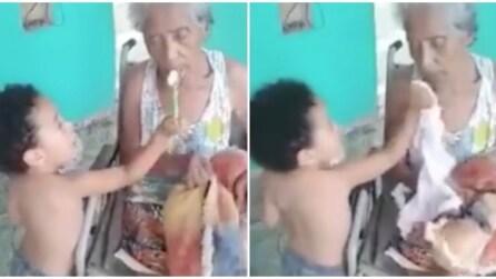 Il vero amore: il bimbo imbocca la nonna ammalata