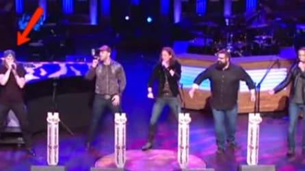 Salgono per la prima volta su un palco prestigioso: osservate attentamente il ragazzo a sinistra