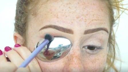 Poggia un cucchiaio sull'occhio e inizia a truccarsi, il risultato finale vi farà impazzire