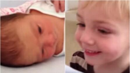 Il primo incontro con la sorellina neonata, il fratello è emozionatissimo