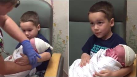 L'infermiera dà al bambino il fratello appena nato ma accade qualcosa di inaspettato