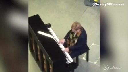 Londra, incredibile sorpresa nella metro: al pianoforte suona Elton John
