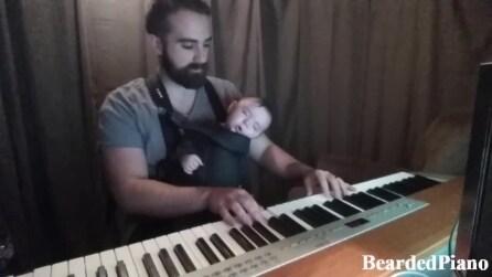 Il papà gli suona la ninna nanna al pianoforte ed il figlio si addormenta