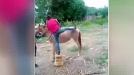 Non è una buona idea andare a cavallo con un jeans stretto: ecco che può succedere