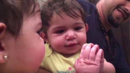 La bimba si guarda allo specchio per la prima volta: l'emozionante momento