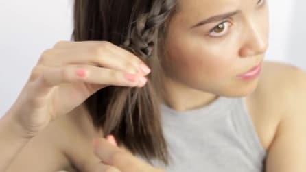 Inizia ad intrecciarsi una ciocca di capelli, poi esegue un'azione precisa ed il look è perfetto