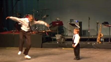 L'uomo sfoggia le sue doti di ballerino ma guardate come gli risponde il bambino