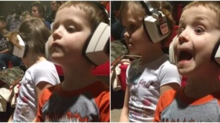 La divertente reazione del bimbo durante lo spettacolo delle auto acrobatiche