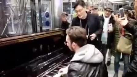 """Napoli, il turista giapponese canta """"'O sole mio"""" in stazione"""