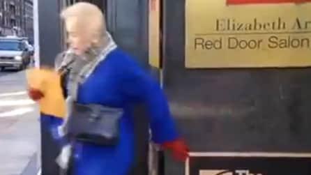 Trascinata dal forte vento, la donna viene salvata dal giornalista