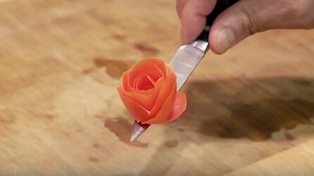 Come fare una rosa con un pomodoro: taglia la buccia e la crea velocemente