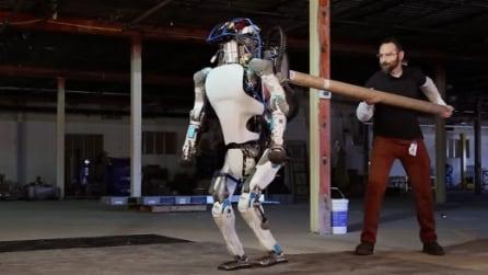 Spinge il robot ma quello che accade dopo è incredibile