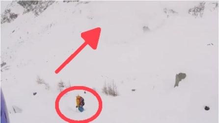 Incastrato nella neve ma occhio a cosa gli sta per piombare addosso