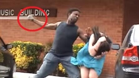 Sta per picchiare la fidanzata in pubblico ma quello che succede vi piacerà