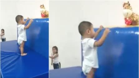Il piccolo non vuole fare i suoi esercizi ma basta un'esca ed il gioco è fatto