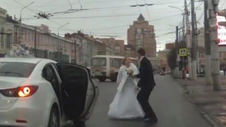 Litigano poco dopo il matrimonio e la sposa scappa dall'auto