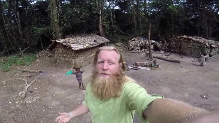 Il missionario in un villaggio di pigmei in Congo