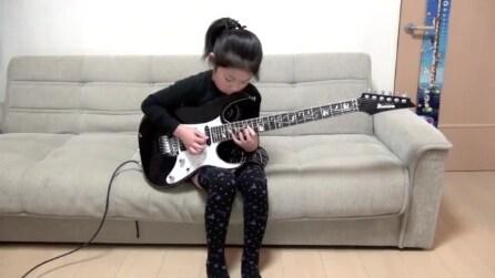 Imbraccia la chitarra elettrica: la bambina è un vero portento