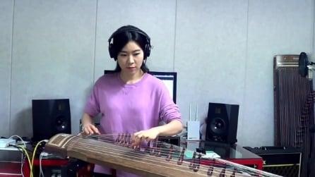 Con uno strano strumento suona un successo di Jimi Hendrix