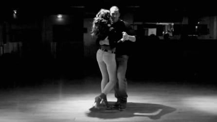 I due ballerini si avvicinano e iniziano un ballo sensuale da lasciare a bocca aperta