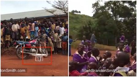 I bambini di un villaggio in Africa vedono volare un drone per la prima volta: la reazione è fantastica