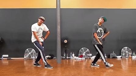 Coppia nella vita e nel ballo: marito e moglie si esibiscono in una divertente coreografia