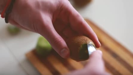 Come sbucciare velocemente un kiwi con un cucchiaio