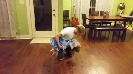 La piccola vuole ballare con papà: la mamma non può fare a meno di emozionarsi