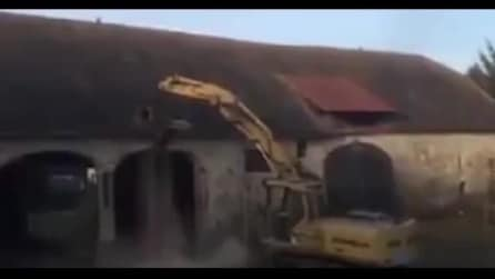 Con la macchina demolitrice voleva ingrandire l'ingresso ma ecco ciò che accade