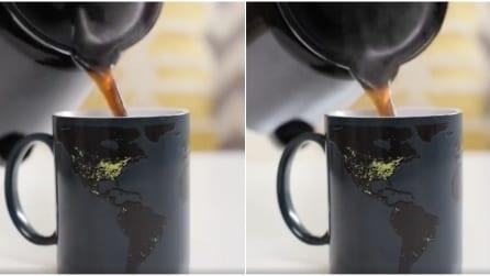 Versa il tè bollente nella tazza ed ecco cosa accade