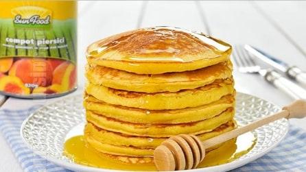 Come fare dei pancake dolci con le pesche