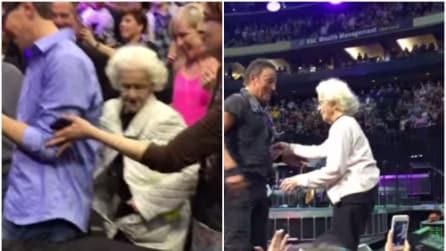 Nonnina irrompe sul palco con Springsteen: duetto meraviglioso