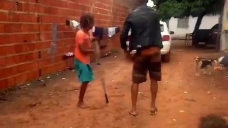 Il ballo non conosce limiti, amputato balla la capoeira con la stampella