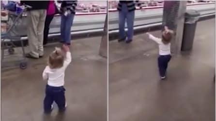 La piccola si avvicina ad una sconosciuta, quello che fa le scalderà il cuore