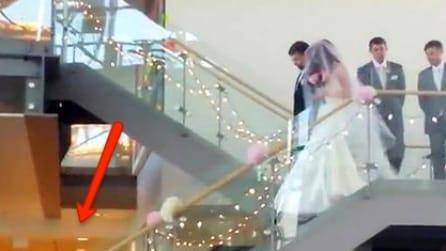 La sposa arriva in fondo alle scale e a stento trattiene le lacrime: la commovente sorpresa
