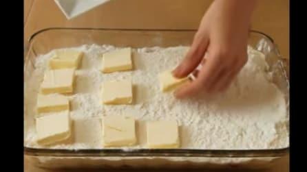 Mette dadi di burro sull'impasto: quello che prepara è gustosissimo