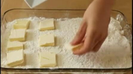 Fette di burro sull'impasto e la torta che viene fuori è deliziosa