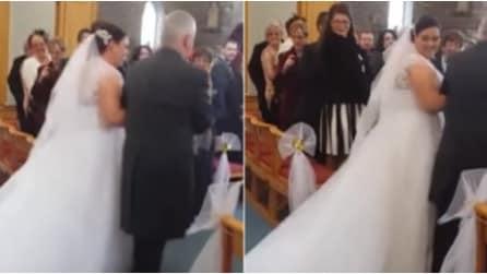 La sposa fa il suo ingresso in chiesa: ma guardate cosa accade all'abito