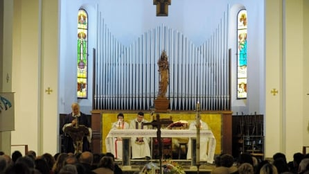 """""""La prima cosa bella"""" intonata al funerale di Giorgio Ariani"""