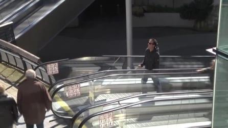 L'irriverente scherzo di Remi Gallard, si finge cieco e va sulle scale mobili al contrario