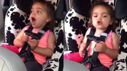 Canta in auto i Queen, ma guardate che fa se la mamma prova a cantare con lei