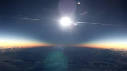 La spettacolare eclissi solare vista dal finestrino di un aereo